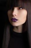 Beau femme avec le renivellement violet image libre de droits