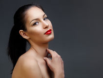 Beau femme avec le rouge à lievres rouge Images libres de droits