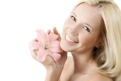 Beau femme avec le sourire rose de lis d'isolement Image libre de droits