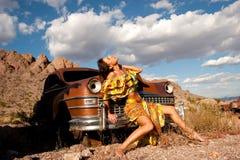 Beau femme avec le vieux véhicule Photographie stock