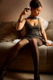 Beau femme avec le vin rouge en verre Photos stock