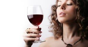 Beau femme avec le vin rouge en verre image libre de droits