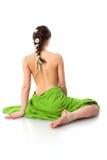 Beau femme avec les essuie-main verts de station thermale sur le blanc Images libres de droits