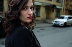 Beau femme avec les languettes rouges Photographie stock