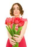 Beau femme avec les tulipes (orientation sur des talips) Photographie stock libre de droits