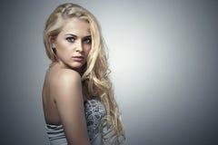 Beau femme avec les yeux verts Fille blonde de beauté avec les cheveux bouclés Image stock