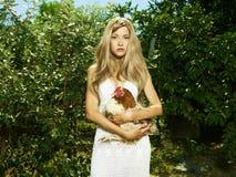 Beau femme avec un animal familier - poulet Photos stock