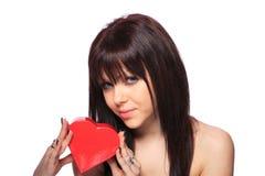 Beau femme avec un cadeau de coeur Image stock
