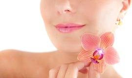 Beau femme avec une peau et une fleur saines Images stock