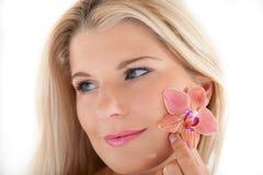 Beau femme avec une peau et une fleur saines Images libres de droits