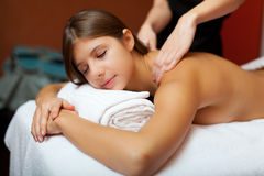 Beau femme ayant un massage image stock