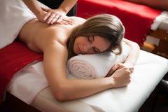 Beau femme ayant un massage photo stock