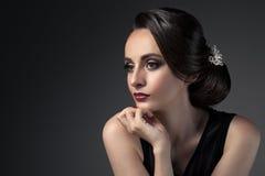 Beau femme Coiffure de fête de mode avec des perles Upsweep photographie stock