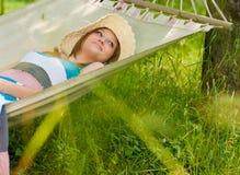 Beau femme détendant dans l'hamac image stock