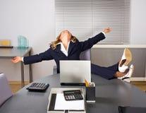 Beau femme détendant dans le bureau photo libre de droits