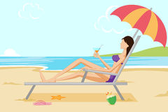 Beau femme détendant sur la plage Images stock
