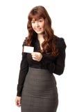 Beau femme d'affaires affichant par la carte de crédit blanc photographie stock