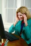 Beau femme d'affaires obtenant un mal de tête photographie stock
