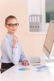 Beau femme d'affaires travaillant sur l'ordinateur Photos libres de droits