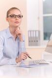Beau femme d'affaires travaillant sur l'ordinateur Photos stock