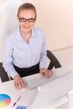 Beau femme d'affaires travaillant sur l'ordinateur Images stock