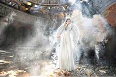 Beau femme d'ange dans le théâtre Image libre de droits