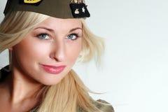 Beau femme dans des vêtements militaires Photographie stock libre de droits