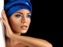 Beau femme dans l'écharpe bleue Image libre de droits
