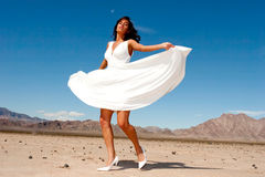 Beau femme dans la danse de robe Image stock