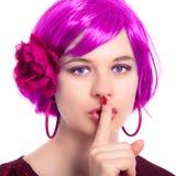 Beau femme dans la perruque rose faisant des gestes le silence Images stock