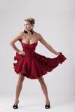 Beau femme dans la position de robe élégante images stock