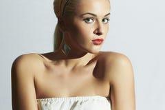 Beau femme dans la robe blanche gens de mode Jolie fille avec les lèvres rouges Photos stock