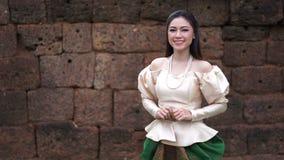 Beau femme dans la robe traditionnelle thaïe clips vidéos