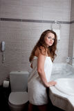 Beau femme dans la salle de bains Images stock