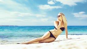 Beau femme dans le bikini noir Jeune et sportive fille posant dessus Photo libre de droits