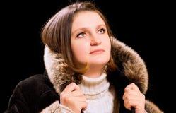 Beau femme dans le manteau de fourrure de l'hiver Image libre de droits
