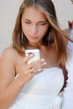 Beau femme dans le message blanc du relevé de robe Photo stock