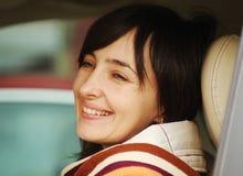 Beau femme dans le véhicule image stock