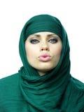Beau femme dans un cap de toile vert Images stock
