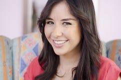 Beau femme dans un salon de cheveu Photographie stock libre de droits