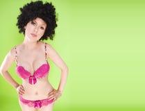 Beau femme dans une grande perruque Afro Photos stock
