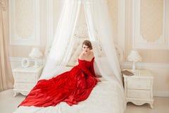 Beau femme dans une robe rouge images libres de droits