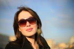 Beau femme dans une ville Photos stock