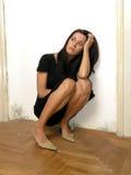 Beau femme dark-haired de observation Photos stock