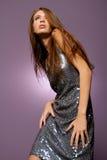 Beau femme de brunette avec la robe à la mode Photographie stock libre de droits