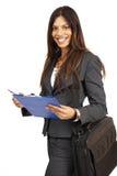 Beau femme de brunette retenant une planchette photos stock