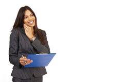 Beau femme de brunette retenant une planchette photographie stock