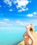 beau femme de détente proche de mer Photo libre de droits