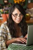 Beau femme de Latina avec l'ordinateur photo libre de droits