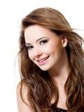Beau femme de sourire avec de longs poils Images stock